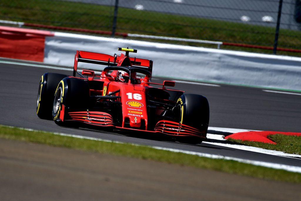 Charles Leclerc alla guida della Ferrari SF1000 al Silverstone Circuit