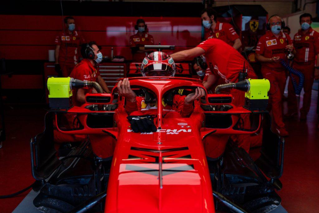 Charles Leclerc si cala all'interno dell'abitacolo della SF71-H nel corso dei test al Mugello Circuit della settimana scorsa