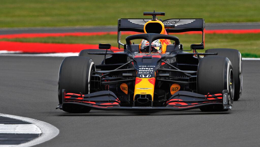 Verstappen alla guida della Red Bull RB16 al Silverstone Circuit