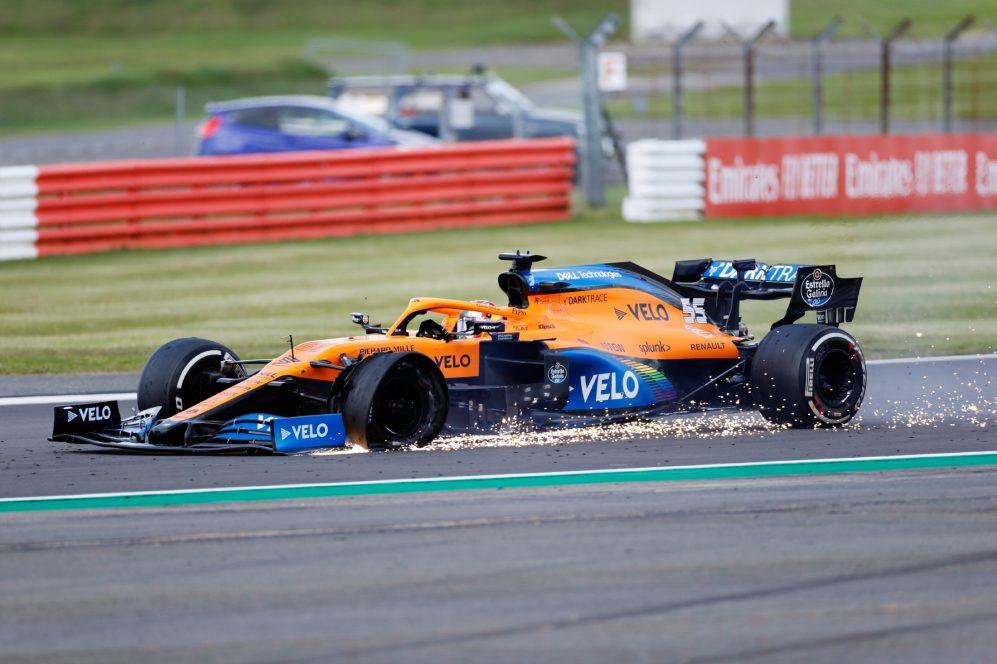 Pirelli, la forature del pneumatico anteriore sinistro sulla McLaren di Carlos Sainz