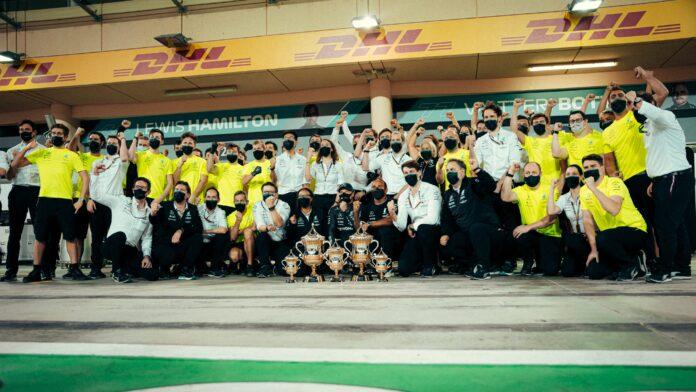Mercedes festeggia la vittoria in Bahrain 2021
